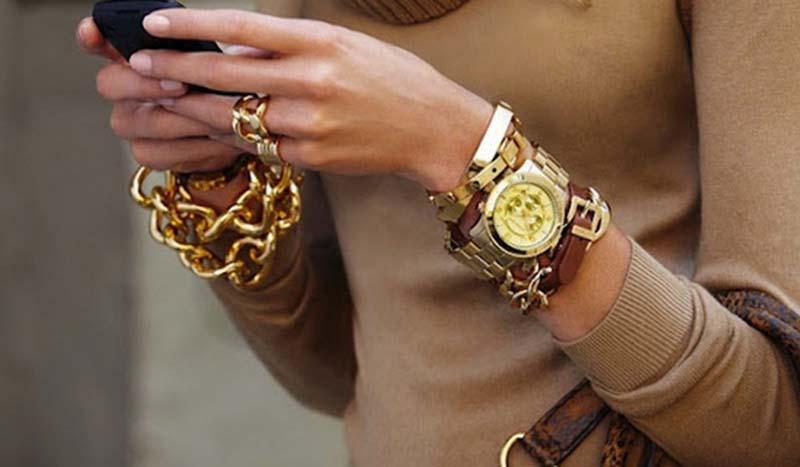 Женские наручные часы являются изысканным аксессуаром. . Модные модели из актуальных коллекций